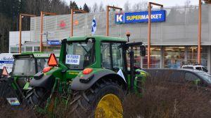 Traktor utanför K-butiken i Söderkulla.