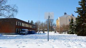 Lovisanejdens högstadium och Lovisa gymnasium.