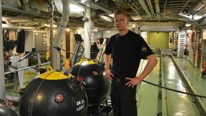 Sergeant Joni Jyllinmaa förevisar övningsminor på minfartyget Hämeenmaa.