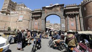 Gamla staden i huvudstaden Sanaa var livlig på onsdag eftermiddag, några timmar innan eldupphöret inleddes