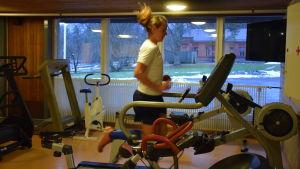 Henrika Backlund på löpmatta i idrottshuset vid Nylands brigad.