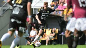 Matej Hradecky med bollen för SJK.