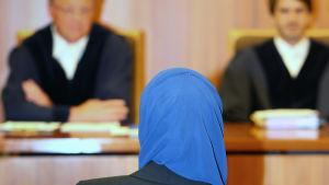 Kvinna med huvudduk i domstolen.