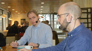 Centerns Oscar Hätinen och de Grönas Jonas Heikkilä.
