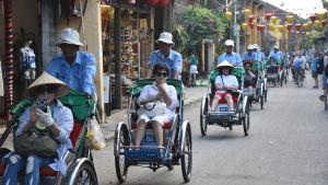 Mer och mer turister strömmar till Vietnam i synnerhet från andra asiatiska länder. En sydkoreansk grupp cyklas omkring i den historiska handelsstaden Hoi An.