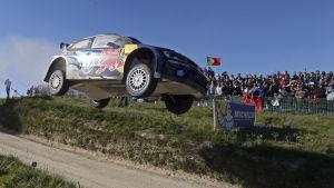 Jari-Matti Latvala flyger fram i Portugal.