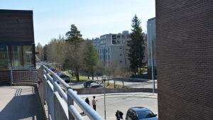 Höghus och parkerade bilar i Kråkkärret i Åbo.