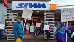 Demonstration mot stängningen av butiken i Valkom i Lovisa