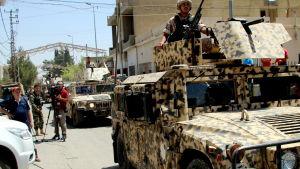 Armén har nu slagit en ring runt Al-Qaa som ligger i ett distrikt invid den syriska gränsen i norra Bekaadalen i Libanon
