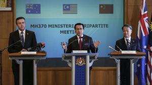 Trafikministrarna Darren Chester (Australien), Liow Tiong Lai (Malaysia) och Yang Chuantang håller presskonferens efter sitt möte i Putrajaya 22.7.2016