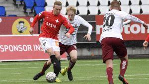 Mikael Forsell med bollen uppvaktas av en motståndare