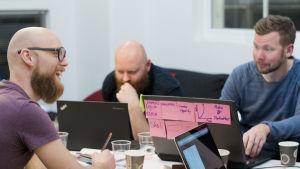 Hack4FI-tapahtuma Aalto-yliopistolla vuonna 2016, osallistujia tietokoneiden kanssa