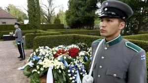 Hedersvakt vid Mauno Koivistos grav på Sandudds begravningsplats i Helsingfors den 25 maj 2017.
