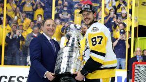 Gary Bettman och Sidney Crosby med Stanley Cup-pokalen 2017.