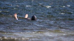 Sandra Sundvik njuter av havsvattnet