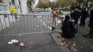 Blommor nära den attackerade konsertsalen i Paris.