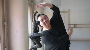 Raija Lehmussaari poserar bredvid en ballerinastaty