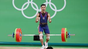Tyngdlyftare vrålar ut sin lycka efter vunnet brons.
