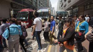 Kineser från medelklassen på shoppingtur i Hongkong