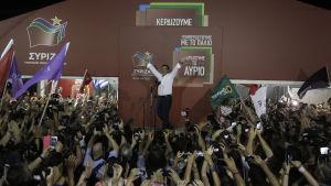 Alexis Tsipras och Syriza-anhängare firar efter segern i parlamentsvalet 20.9.2015.