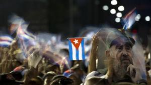 Tiotusentals människor samlades till minnesceremonin för Fidel Castro i Santiago de Cuba på lördag kväll 3.12.2016