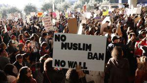 Demonstration på flygplatsen i San Francisco mot Trumps presidentorder om inreseförbud från sju muslimska länder