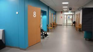 Korridor på lung- och neurologiska polikliniken vid Vasa centralsjukhus.