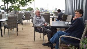 Thore Strandback och Ulla Roth trivs på hamnkontorets nya uteservering i Hangö.