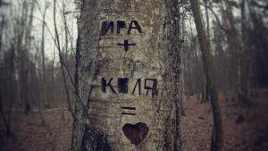 Kaksi venäläistä nimeä kaiverrettu puuhun