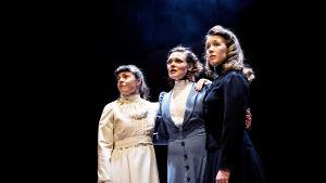 """Återanvändning: Susanne Marins, Tove Qvickström och Tinja Sabel i pjäsen """"Tre systrar och en berättelse"""" - i klänningar från Tjechovs pjäs """"Tre systrar"""", som också spelats på Wasa Teater."""