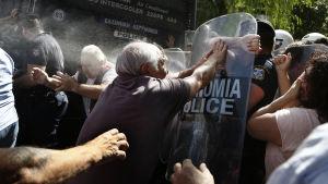 Grekisk kravallpolis ingriper mot pensionärsdemonstration i Aten.