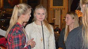 Ingrid Holm med två tärnor under luciagenrepet i Åbo domkyrka, 10.12.2014