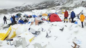 Skadat tältläger i det jordbävningsdrabbade området i Mount Everest
