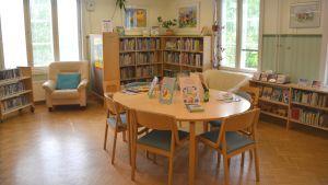 Stolar och bord i en bibliotekssal.