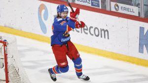 Philip Larsen firar mål.