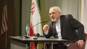 Irans utrikesminister Muhammed Javad Zarif talar till pressen