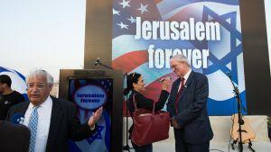 USA:s tillträdande ambassadör i Israel, David Friedman (till vänster i bilden) på en tillställning i Jerusalem i oktober 2016.