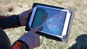 Man pekar på en skärm med en karta.