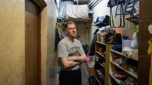 Det luktar mögel i korridoren i bostadshuset i Moskva. Igor Poddajev har också sett råttor där.