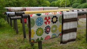 Mattor hänger på tork vid stationen för mattvätt i Söderkulla