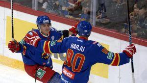 Johan Harju och Petr Koukal firar ett mål.