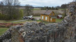 Seminariedeltagare bekantar sig med Kustö slottsruiner