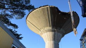 Nu rivs vattentornet på Drumsö. Det ska vara borta vid årsskiftet.