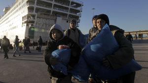 Flyktingar anländer till hamnen i Pireus nära Aten den 14 januari 2016.