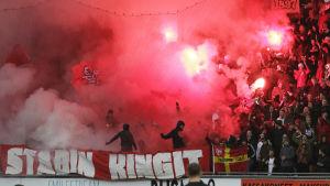 HIFK:s supportrar bjöd på show.