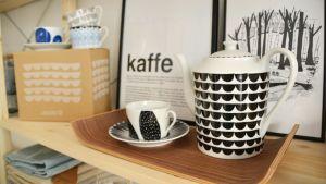 Kaffekoppar, kaffekanna och posters i butiken Fin form i Borgå.
