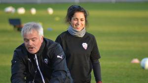 Michael Käld instruerar, en leende Rosa Maria Herreros ser på.