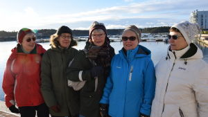 Barbro Löfgren är 65+ coach och poserar med en grupp damer som promenerar varje vecka i Nordsjö, Helsingfors.