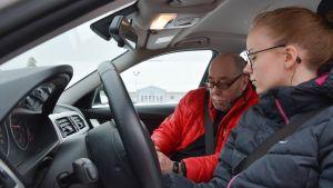 Trafiklärare Harry Mäenpää och hans elev Linn Nylund.