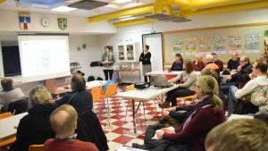 Deltagarna lyssnar till Kukka-Maaria Luukkonen.
